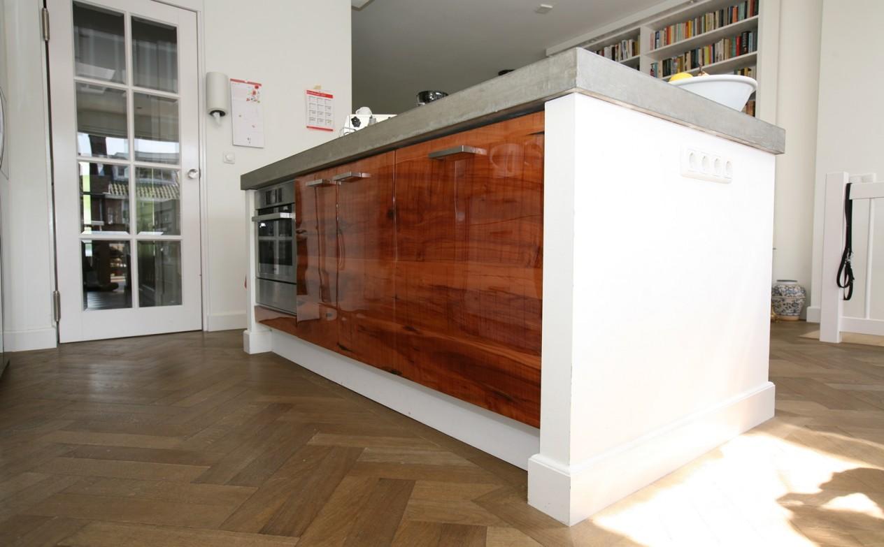 Keukens De Abdij Prijzen : Keuken van ruw appelhout, hoogglans epoxi coating